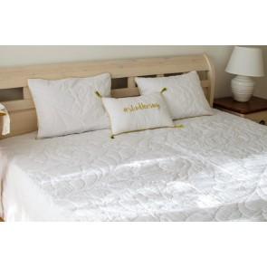Biely quilt na manželskú posteľ s dvomi dekoratívnymi vankúšmi